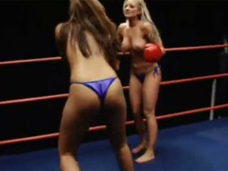金髪白人美女のトップレスボクシング対決!美女同士の殴り合いがエロい!